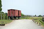 Eisenbahnwaggon links des Weges