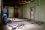Fundstücke in einem Raum der Holzbaracke