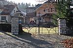 hinteres Tor zum Friedhof mit Aufschrift KZ
