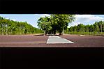 Blick in das Gedenkstättengelände durch das Tor