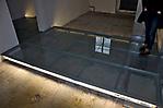 Glassteg durch die Räume im Keller