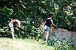 Jugendliche bei der Gartenarbeit in der Gedenkstätte