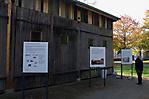 Ausstellungstafeln vor der wiederaufgebauten Busgarage