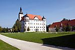 Blick auf Schloss Hartheim und Gedenkstätteneingang