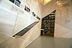 Dauerausstellung, im Hintergrund der Buchverkauf