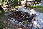 Reste des improvisierten Krematoriums