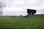 Blick über das Gelände mit zentralem Mahnmal
