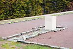 Gedenkstein im Bereich eines ehem. Barackenstandorts