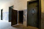 Zellentüren und Ofentür (geöffnet)