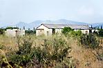 Verfallende Baracken in der Landschaft