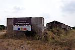 Barackenreste mit Hinweis auf anstehende Restaurierung