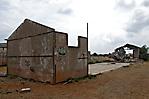 Reste einer Baracke mit Graffiti