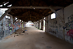 Baracke von innen mit Graffiti
