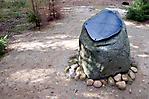 letzter Gedenkstein der Gedenkallee mit Hinweis auf die ehem. Gaskammer