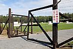 Zweiter Zugang zur Gedenkstätte mit Hinweisschildern