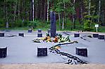 Denkmal mit Blumen der Gedenkfeier 2011