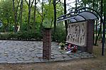 Mahnmal, im Hintergrund das Grabmal von Theodor Körner